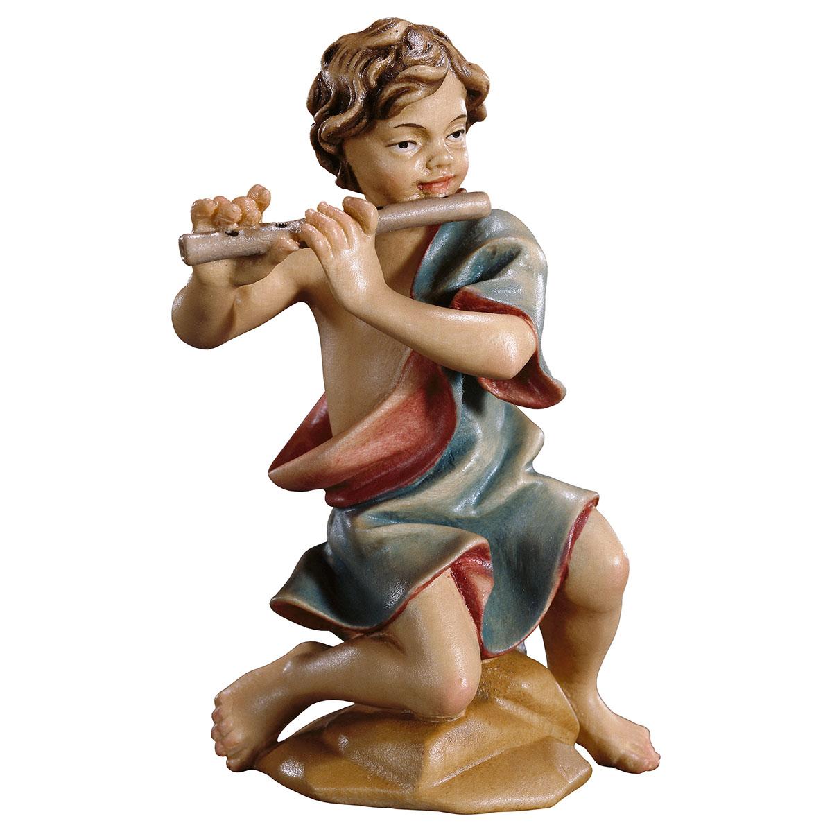 Junge kniend mit Flöte