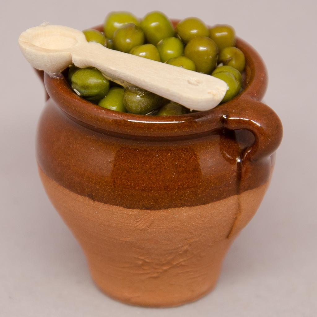 Tonkrug teilgasiert mit Oliven und Holzlöffel